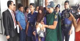 মৃত্যুদণ্ডপ্রাপ্ত আসামি কামরুন নাহার মনির বাচ্চা কারারক্ষীর কোলে