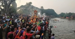 প্রতিমা বিসর্জনের মধ্যে দিয়ে শেষ হল শারদীয় দূর্গোৎসব