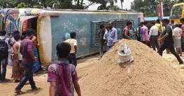 নোয়াখালীতে বাস উল্টে আহত ৩৮