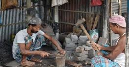 নোয়াখালীতে কামারশিল্পে দুর্দিন, পেশা পরিবর্তন করছেন অনেকেই